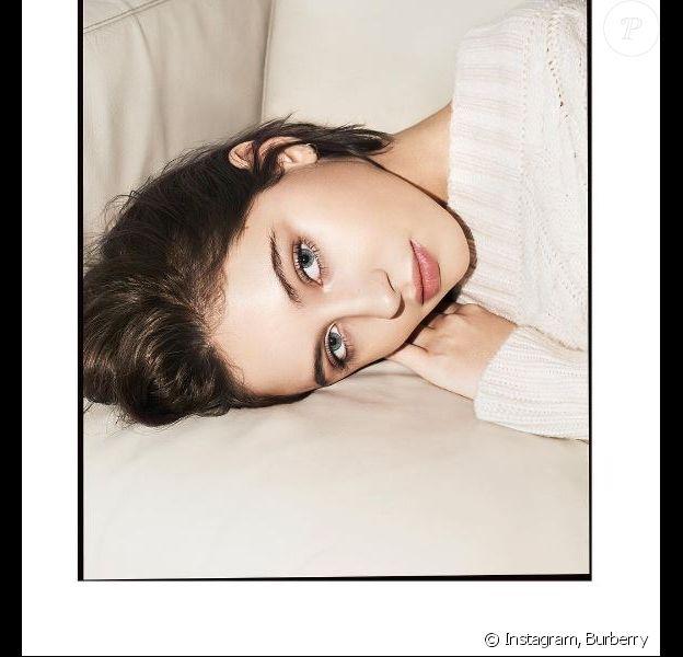"Iris Law, visage de la gamme ""Les Essentiels"" de Burberry. Mars 2017."