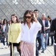 Victoria Beckham et son fils Brooklyn (le bras gauche en écharpe) se photographient devant la pyramide du Musée du Louvre à Paris, sous les yeux admiratifs de Sonia Ben Ammar. Le 11 mars 2017.