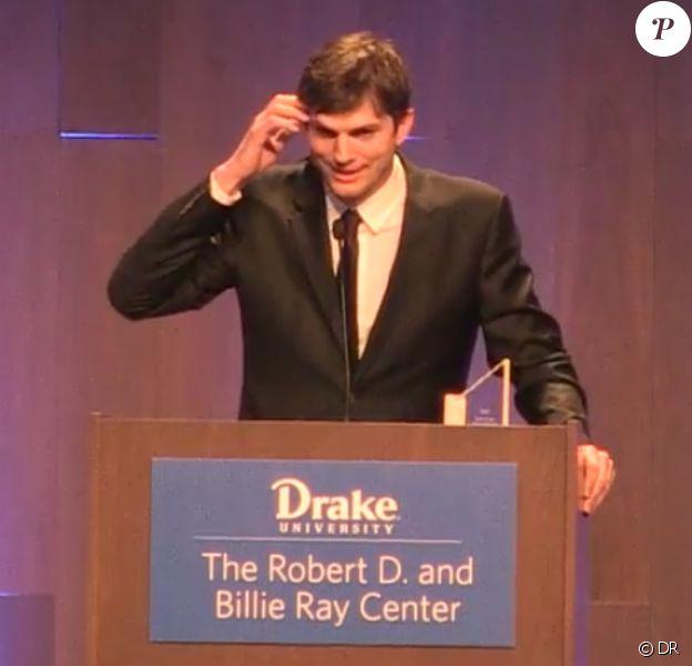 Ashton Kutcher recevant le Robert D. Ray Pillar of Character Award le 8 avril 2017 à West Des Moines (Iowa).