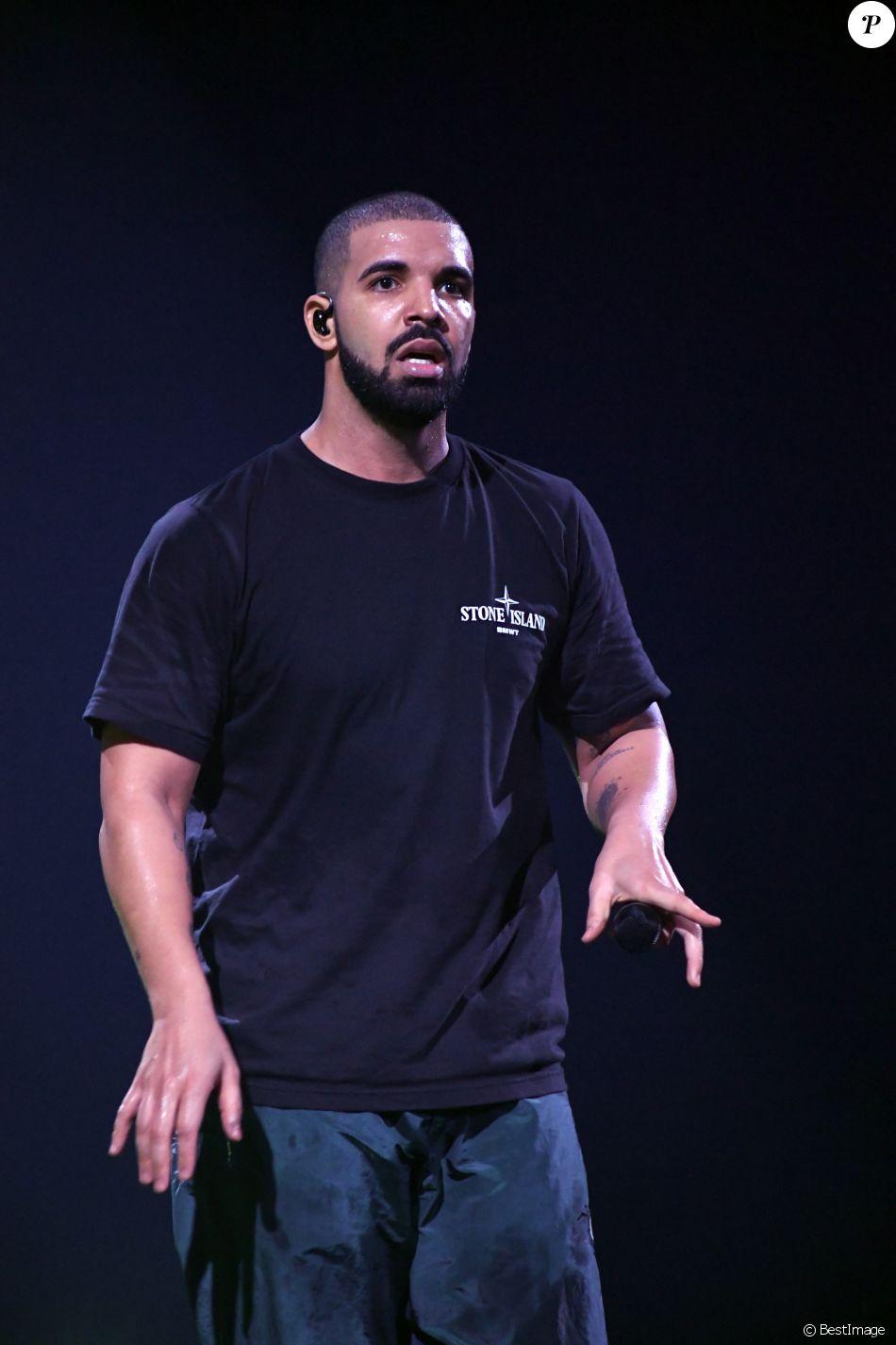 """La rappeur Drake en concert à l'AccorHotels Arena lors de sa tournée """"The Boy Meets World Tour"""" à Paris le 12 mars 2017."""