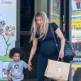 La chanteuse Ciara, très enceinte, emmène son fils Future Zahir à un cours de gym pour enfants à Culver City, Los Angeles, le 4 avril 2017.
