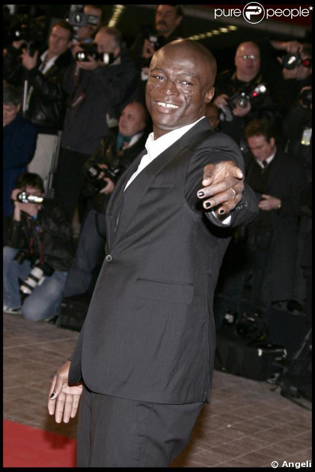 Seal à la 10e cérémonie des NRJ Music Awards. Mis à part son étonnant vernis sur les ongles, Seal n'avait pas trahi son élégance légendaire. Un costume, une chemise... Rien à faire, c'est toujours la grande classe !