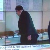 """François Hollande : Son """"oubli"""" au bureau de vote lors du premier tour..."""