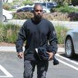 Kanye West passe à son bureau à Calabasas le 26 avril 2017.