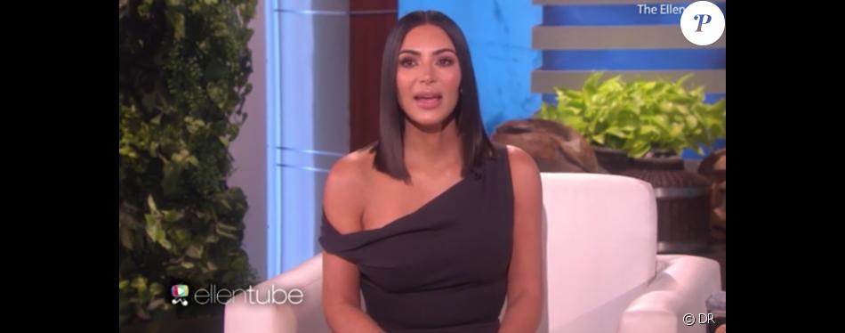 """Kim Kardashian dans l'émission """"The Ellen DeGeneres Show"""", épisode diffusé le 27 avril 2017 aux Etats-Unis. Très émue, la star de télé-réalité est revenue sur le terrifiant braquage dont elle a été victime le 3 octobre dernier à Paris."""