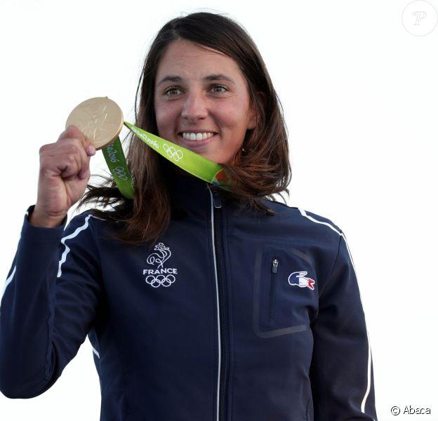 Charline Picon célèbre sa médaille d'or aux Jeux olympiques de Rio le 14 août 2016.