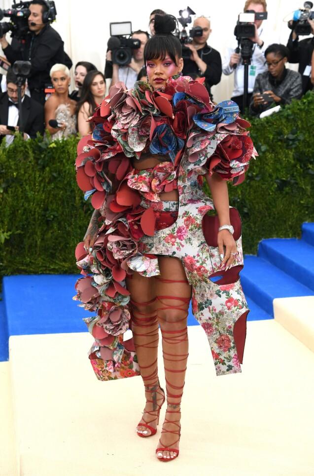 Rihanna, habillée d une robe Comme des Garçons (collection automne 2016) et 2b1ad8604c14