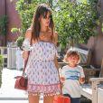 Alessandra Ambrosio est allée acheter un yaourt glacé à emporter avec son fils Noah au Country Mart à Brentwood, le 2 mai 2017.