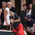 Kylie Jenner et Travis Scott quittant un restaurant et embarquant à bord d'un yacht appartenant à leur ami Dave Grutman, à Miami le 8 mai 2017