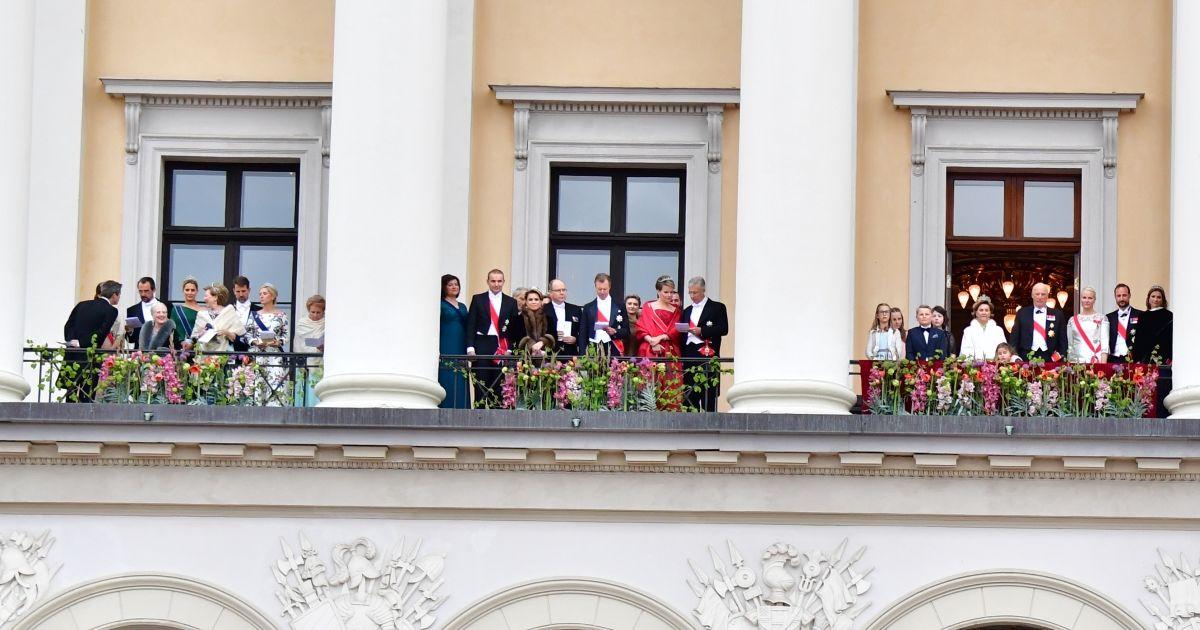 balcon les familles royales au balcon lors du 80 me anniversaire du roi harald et de la reine. Black Bedroom Furniture Sets. Home Design Ideas