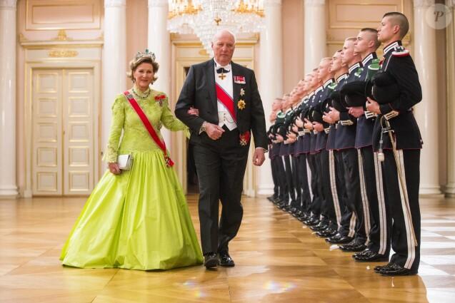La reine Sonja et le roi Harald V de Norvège à leur arrivée pour le dîner de gala de leur double 80e anniversaire le 9 mai 2017 au palais royal à Oslo.