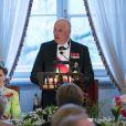 Le roi Harald V de Norvège pendant son discours, entouré de son épouse la reine Sonja et de leur amie la reine Margrethe II de Danemark, lors du dîner du double 80e anniversaire du roi Harald V de Norvège et de la reine Sonja de Norvège le 9 mai 2017 au palais royal à Oslo.