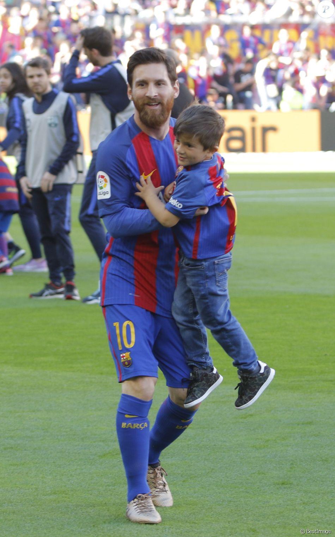 Lionel Messi avec ses enfants Mateo et Thiago lors du match de Liga Fc Barcelone-Villarreal le 6 mai 2017.