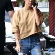 Kourtney Kardashian discute au téléphone en allant rejoindre sa soeur K. Kardashian et son meilleur ami Jonathan Cheban pour déjeuner au restaurant Chin Chin à Los Angeles, le 8 mai 2017