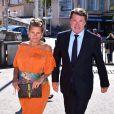 Laura Tenoudji, enceinte, et son mari Christian Estrosi arrivant dans un bureau de vote le 7 mai 2017 à Nice pour le second tour de l'élection présidentielle de 2017.