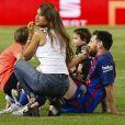 Lionel Messi, sa femme Antonella Roccuzzo et leurs fils Thiago et Mateo après la victoire du FC Barcelone contre le  Deportivo Alavés, à Madrid,  le 27 mai 2017.