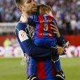 Gerard Pique et son fils Sasha après la victoire du FC Barcelone contre le Deportivo Alavés, à Madrid, le 27 mai 2017.