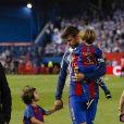 Gerard Pique avec ses enfants Milan et Sasha après la victoire du FC Barcelone contre le Deportivo Alavés, à Madrid, le 27 mai 2017.