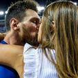 Lionel Messi et sa fiancée Antonella Roccuzzo partagent un baiser après la victoire du FC Barcelone contre le Deportivo Alavés, à Madrid, le 27 mai 2017.