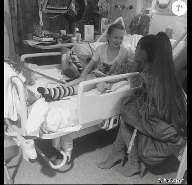 Ariana Grande rend visite à des fans hospitalisés à Manchester, le 2 juin 2017