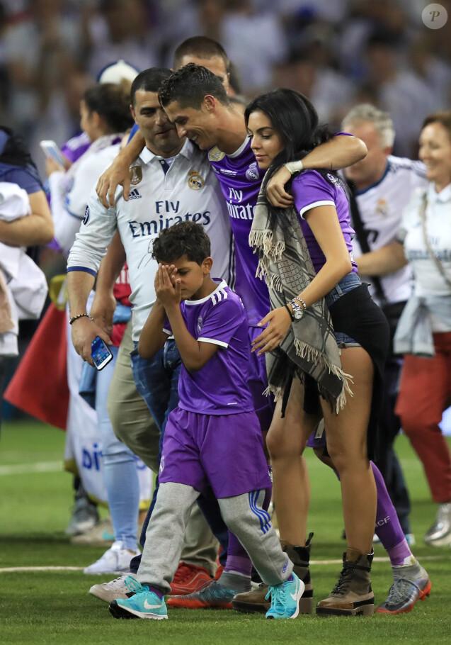 6d658f87f2 Cristiano Ronaldo a fêté avec son fils Cristiano Jr. et sa compagne  Georgina Rodriguez la