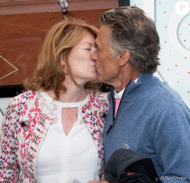 Gérard Holtz et sa femme Muriel Mayette s'embrassent devant les photographes au Village de Roland-Garros à Paris, le 3 juin 2017. © Dominique Jacovides - Cyril Moreau/ Bestimage