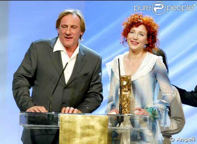 """Ma fille, cette héroïne... Gérard Depardieu est là avec fierté quand Julie Depardieu reçoit non pas un, mais deux César pour """"La Petite Lili"""" en 2004 : meilleur espoir et meilleur second rôle féminin."""