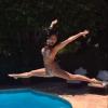 Nicole Scherzinger, bombesque : Piscine, poitrine gonflée et booty en arrière