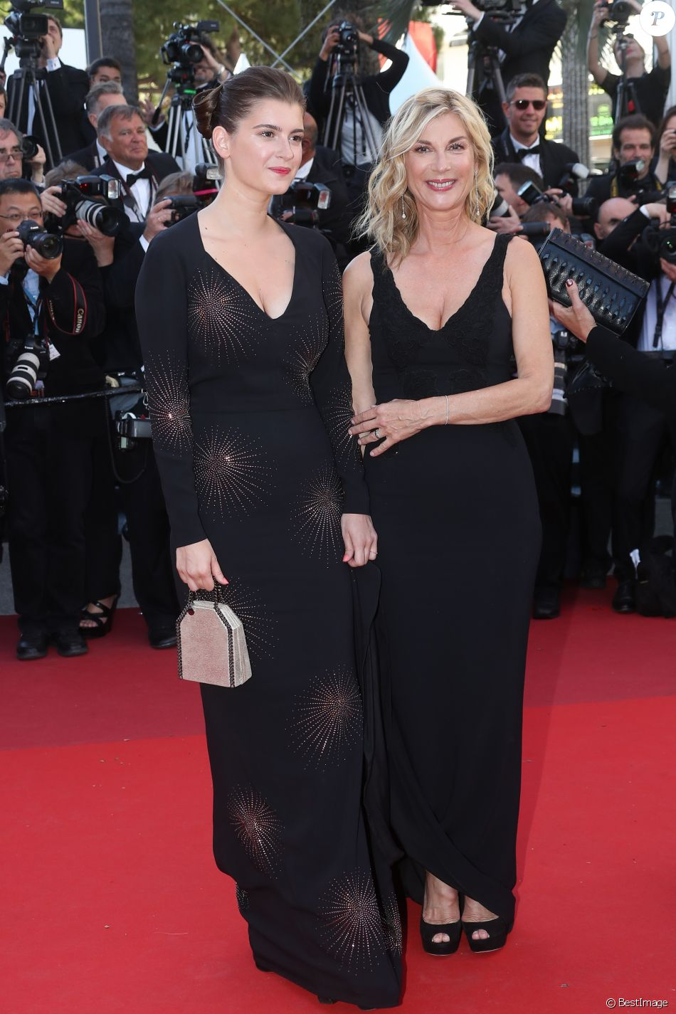 "Michèle Laroque et sa fille Oriane Deschamps - Montée des marches du film ""Okja"" lors du 70ème Festival International du Film de Cannes. Le 19 mai 2017. © Borde-Jacovides-Moreau / Bestimage"
