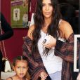 Kim Kardashian emmène sa fille North West chez Color Me Mine à Calabasas le 22 juin 2017.