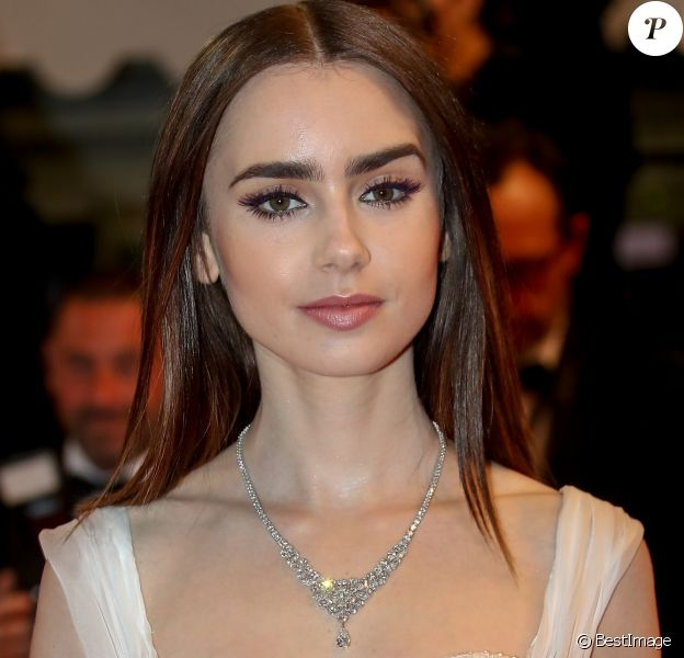 "Lily Collins - Descente des marches du film ""Okja"" lors du 70ème Festival International du Film de Cannes. Le 19 mai 2017 © Borde-Jacovides-Moreau / Bestimage"