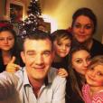 Stefán Karl Stefánsson avec sa femme Steinunn et leurs quatre enfants dans un selfie pour le nouvel an 2017. L'acteur islandais est atteint d'un cancer en phase terminale. © Instagram Stefán Karl Stefánsson