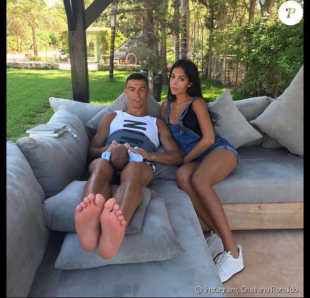 Photo de Cristiano Ronaldo, son fils et sa compagne Georgina Rodríguez. Juillet 2017.