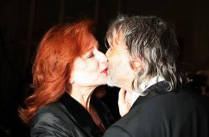 Eva Darlan, la jeune mariée, n'arrive pas à... décoller ses lèvres de celles de son époux !