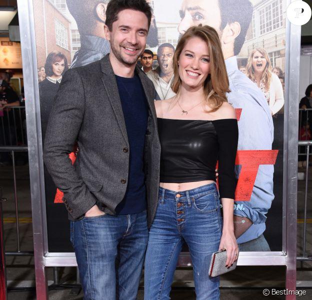 Topher Grace + Ashley Hinshaw à la première de 'First Fight' au théâtre Regency Village à Westwood, le 13 février 2