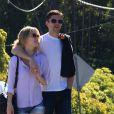L'acteur Topher Grace se promene avec sa compagne dans les rues de Santa Barbara. Le 25 janvier 2014