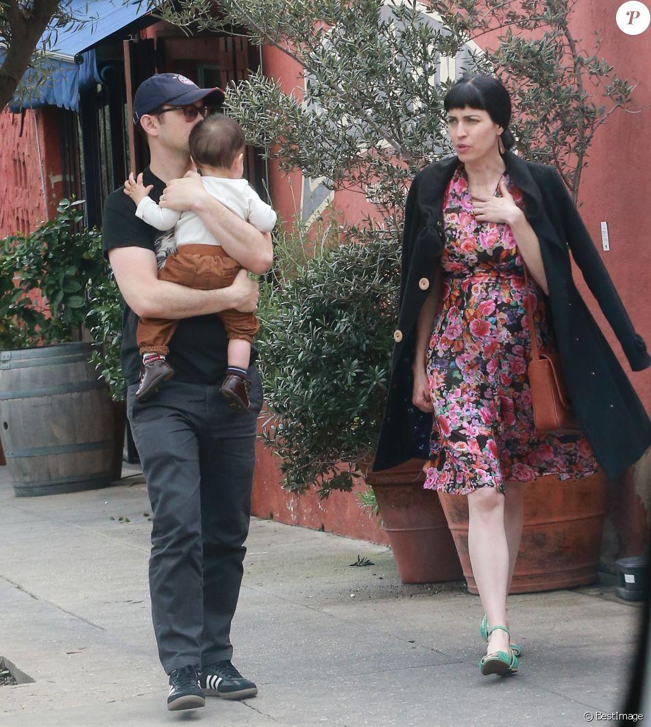Joseph Gordon-Levitt promène son fils avec son épouseTasha McCauleyà Silverlake, le 11 février 2017