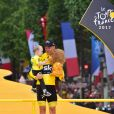 Christopher Froome avec son fils Kellan - Arrivée de la 104ème édition du Tour de France sur les Champs-Elysées à Paris le 23 juillet 2017. © Giancarlo Gorassini/Bestimage