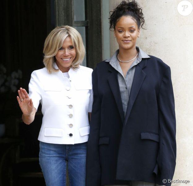 Brigitte Macron et Rihanna sur le perron du palais de l'Elysée, où elle a été reçue par le président, à Paris. Le 26 juillet 2017 © Alain Guizard / Bestimage