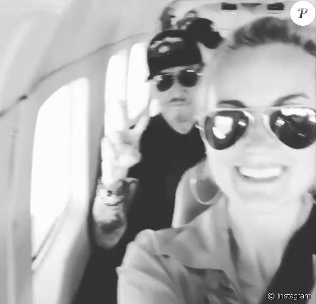 Johnny et Laeticia Hallyday dans l'avion privé les menant à Saint-Barthélemy le 28 juillet 2017