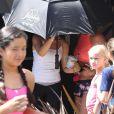 Britney Spears se cache des photographes à l'aide d'un parapluie à la sortie de son cours de gym à Westlake Village, le 8 juillet 2017