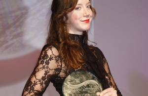 Sara Giraudeau très sexy pour recevoir sa récompense à Luchon !