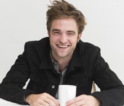 """Robert Pattinson déclenche un tollé avec une """"scène zoophile"""" de son film"""
