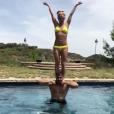 Britney Spears et son chéri Sam Asghari jouent les acrobates dans une piscine - Photo publiée sur Instagram le 28 avril 2017