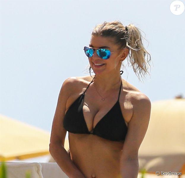 Exclusif - La chanteuse Fergie en vacances se relaxe avec ses amis au bord d'une piscine à Hawaï le 6 aout 2017.