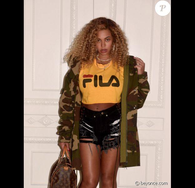 Beyoncé sur une photo publiée sur son site internet le 9 août 2017. Deux mois après la naissance de ses jumeaux, la chanteuse affiche fièrement sa silhouette post-grossesse.