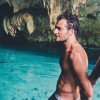 Amir, torse nu à la plage : Le chanteur est un véritable beau gosse !