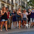 Au lendemain de l'attaque terroriste de Barcelone, les barcelonais viennent rendre les premiers hommages aux victimes en déposant fleurs, messages et bougies. Le 18 août 2017.