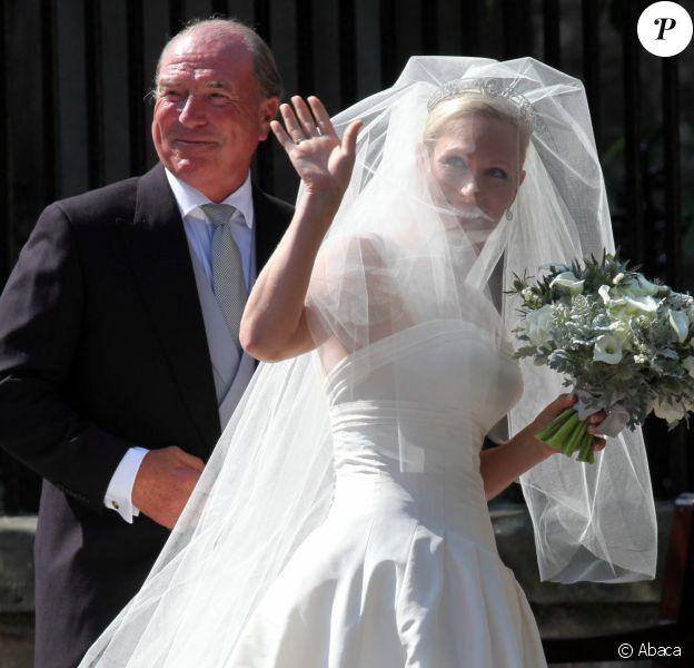 Zara Phillips conduite à l'autel par son père Mark Phillips lors de son mariage avec Mike Tindall le 30 juillet 2011 à Edimbourg en Ecosse.