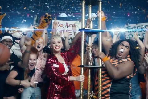 """Katy Perry dévoile le clip de son tube """"Swish Swish"""", une ode à la vengeance"""